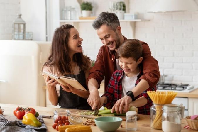 Familie-Kochen-Kueche.jpeg
